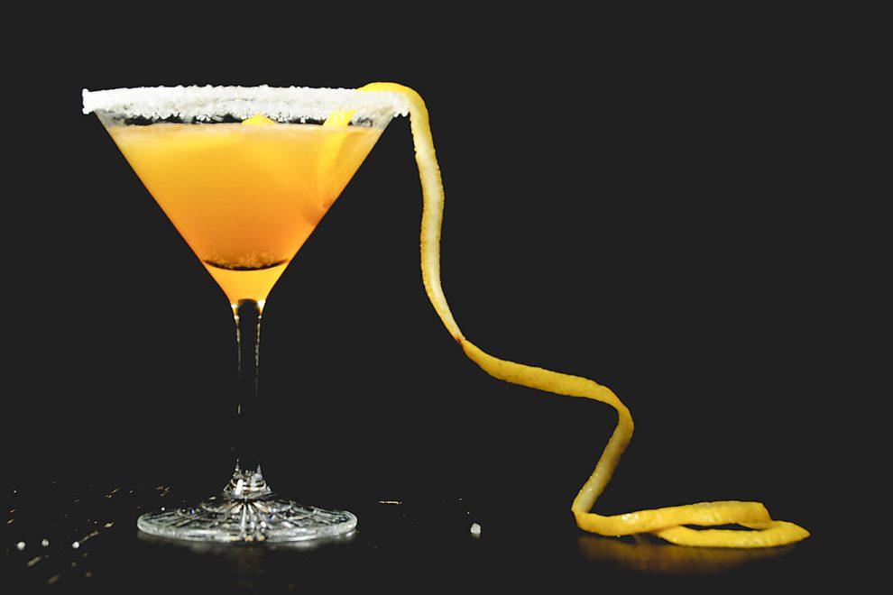 sidecar-classic-cocktail-cognac-martiniglas-zucker-rand-zitrone-990x660